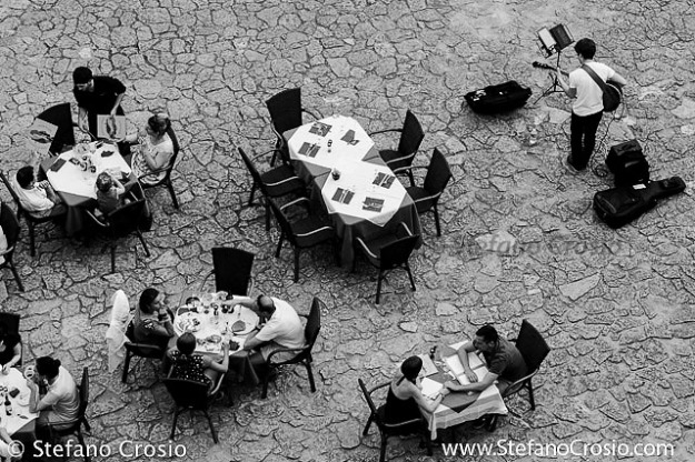 Saint Emilion: Restaurant tables at Place de l'Eglise Monolithe