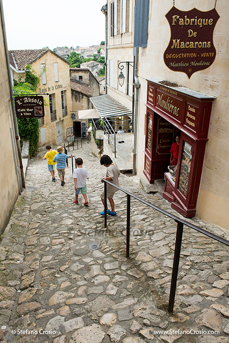 """Saint Emilion: a """"tertre"""" (steep alley) and a pastry shop"""